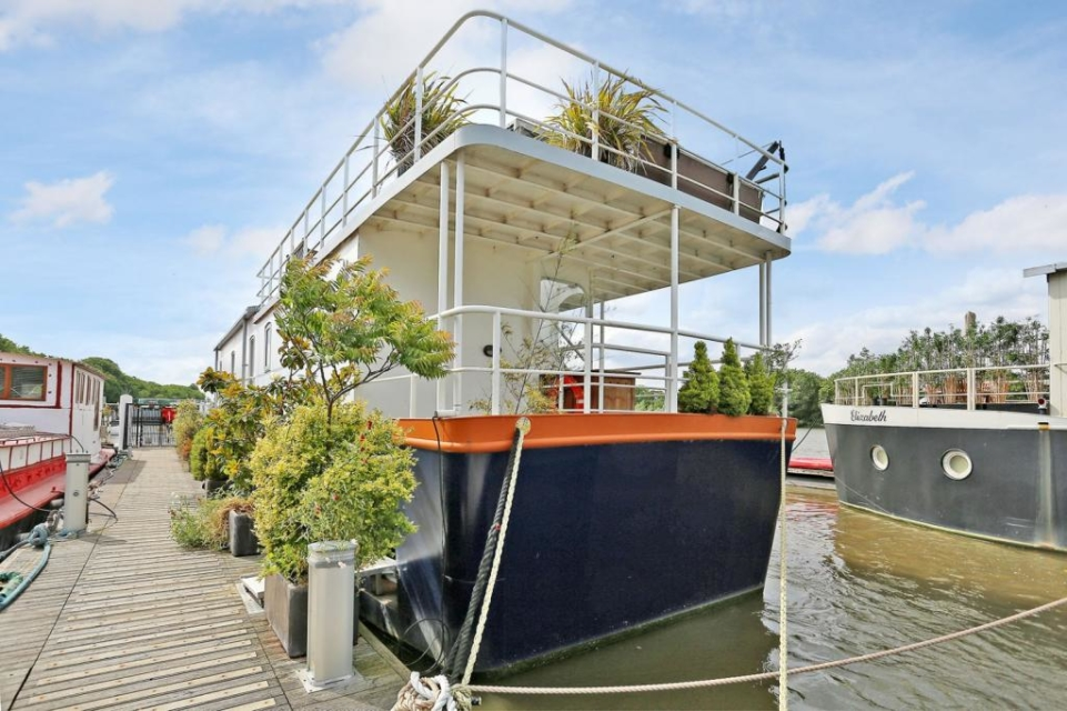 Admirable Six Incredible Houseboats For Sale Property Blog Home Interior And Landscaping Spoatsignezvosmurscom