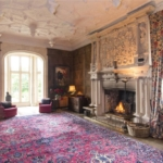 This grandiose fireplace makes us think of winter nights